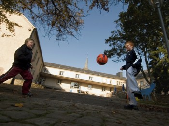 The inner courtyard of youth hostel Hollenfels invites children to play.